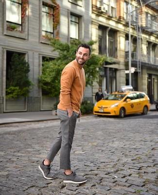Wie kombinieren: orange Rollkragenpullover, graue vertikal gestreifte Wollanzughose, graue Chukka-Stiefel aus Wildleder