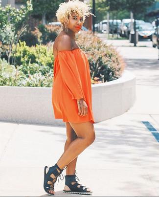 Entscheiden Sie sich für ein orange schulterfreies kleid für einen entspannten Wochenend-Look. Machen Sie diese Aufmachung leger mit schwarzen römersandalen aus leder.