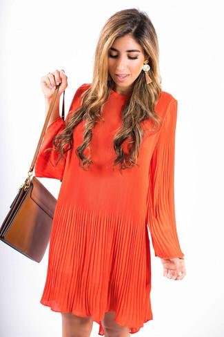 Wie kombinieren: orange schwingendes Kleid, braune Leder Umhängetasche, orange Ohrringe