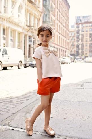 Wie kombinieren: orange Shorts, goldene Slipper