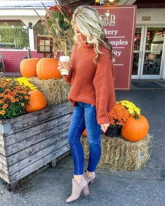 Wie kombinieren: orange Strick Oversize Pullover, blaue enge Jeans, graue Wildleder Stiefeletten