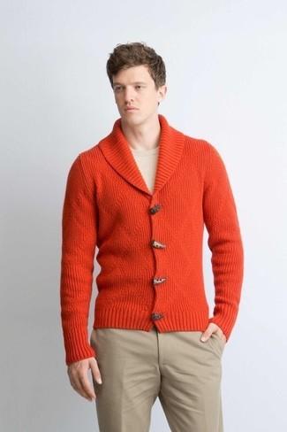 Wie kombinieren: orange Strickjacke mit einem Schalkragen, hellbeige Pullover mit einem Rundhalsausschnitt, hellbeige Chinohose