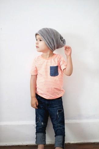 Wie kombinieren: orange T-shirt, dunkelblaue Jeans, graue Mütze