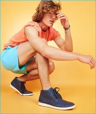 Wie kombinieren: orange T-Shirt mit einem Rundhalsausschnitt, türkise Shorts, dunkelblaue hohe Sneakers