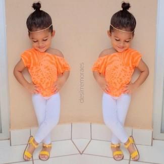 Wie kombinieren: orange T-shirt, weiße Leggings, gelbe Sandalen