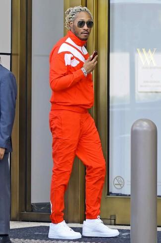 Wie kombinieren: orange Trainingsanzug, weiße Leder niedrige Sneakers, weiße Socken