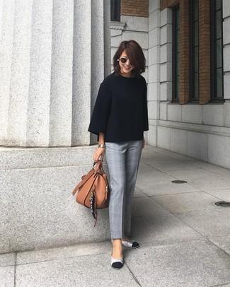 Wie kombinieren: schwarzer Oversize Pullover, graue Anzughose mit Schottenmuster, silberne Leder Ballerinas, braune Shopper Tasche aus Leder