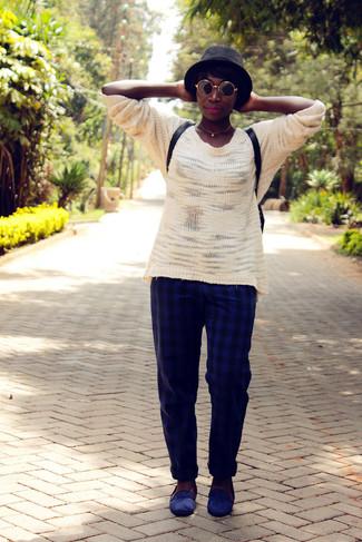 Wie kombinieren: weißer Oversize Pullover, dunkelblaue Anzughose mit Karomuster, dunkelblaue Wildleder Slipper, schwarzer Leder Rucksack