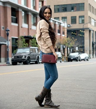 Blaue enge Jeans kombinieren – 500+ Damen Outfits: Wer mit Streetstyle-Mode perfekt gekleidet sein will, setzt oft auf tolle Outfits, wie zum Beispiel diese Paarung aus einem beige Strick Oversize Pullover und blauen engen Jeans. Dunkelbraune Leder mittelalte Stiefel bringen klassische Ästhetik zum Ensemble.