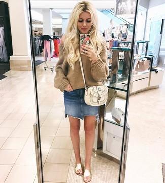 Wie kombinieren: beige Strick Oversize Pullover, blauer Jeans Minirock, goldene flache Sandalen aus Leder, weiße Leder Umhängetasche