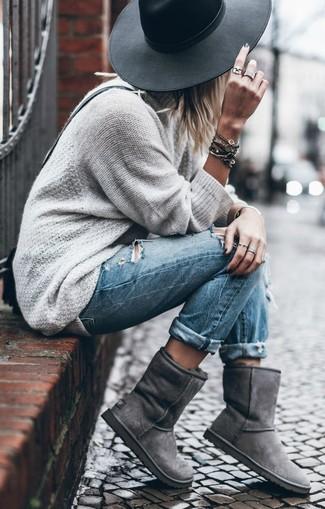 Graue Ugg Stiefel kombinieren – 10 Damen Outfits: Probieren Sie diese Paarung aus einem grauen Oversize Pullover und hellblauen Boyfriend Jeans mit Destroyed-Effekten, wenn Sie einen einen super entspannten City-Look wollen. Graue Ugg Stiefel liefern einen wunderschönen Kontrast zu dem Rest des Looks.