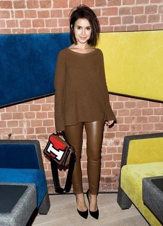 Wie kombinieren: brauner Strick Oversize Pullover, braune enge Hose aus Leder, schwarze Wildleder Pumps, mehrfarbige Satchel-Tasche aus Leder