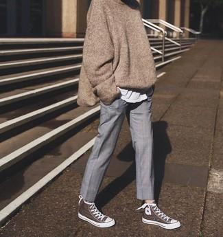 Graue Anzughose kombinieren – 91 Damen Outfits: Ein brauner Oversize Pullover und eine graue Anzughose ergeben zusammen eine entspannte und modische Paarung. Fühlen Sie sich mutig? Ergänzen Sie Ihr Outfit mit braunen hohen Sneakers aus Segeltuch.
