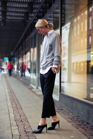 grauer Oversize Pullover, weißes Businesshemd, schwarze Anzughose, schwarze Leder Pantoletten für Damen