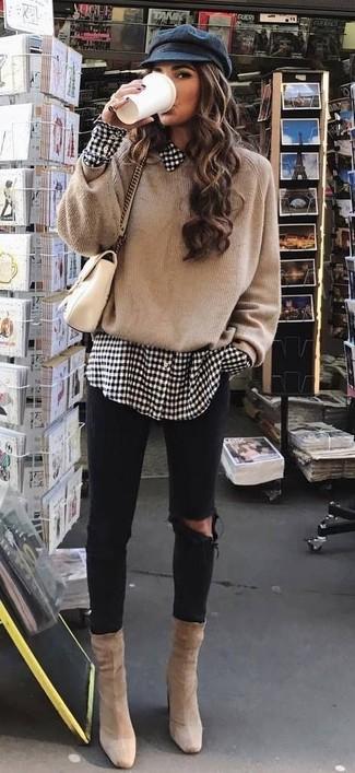 Wie kombinieren: beige Oversize Pullover, weißes und schwarzes Businesshemd mit Vichy-Muster, schwarze enge Jeans mit Destroyed-Effekten, hellbeige Wildleder Stiefeletten