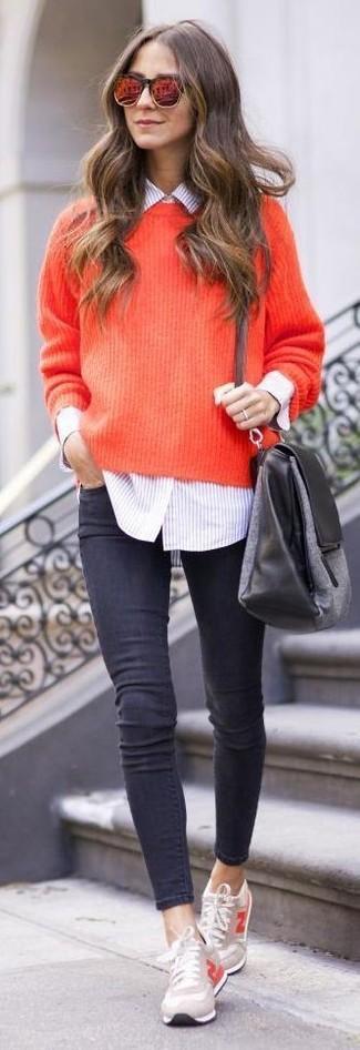 Für ein bequemes Couch-Outfit, kombinieren Sie einen roten Strick Oversize Pullover mit dunkelgrauen engen Jeans. Komplettieren Sie Ihr Outfit mit hellbeige niedrigen Sneakers.