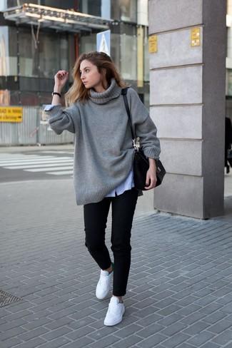 Schwarze Leder Uhr kombinieren: trends 2020: Um eine entspannte und harmonische Silhouette zu erhalten, entscheiden Sie sich für einen grauen Strick Oversize Pullover und eine schwarze Leder Uhr. Heben Sie dieses Ensemble mit weißen niedrigen Sneakers hervor.