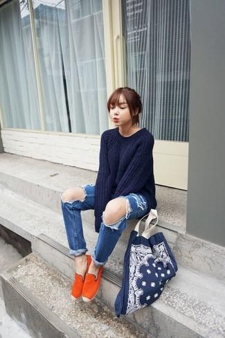 Dunkelblaue Shopper Tasche aus Segeltuch kombinieren – 13 Damen Outfits: Durch einen dunkelblauen Oversize Pullover und eine dunkelblaue Shopper Tasche aus Segeltuch und Ihr individuelles Styling werden Sie die Blicke auf sich ziehen. Vervollständigen Sie Ihr Outfit mit orange Espadrilles, um Ihr Modebewusstsein zu zeigen.