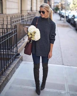 Wie kombinieren: dunkelgrauer Strick Oversize Pullover, dunkelblaue enge Jeans, dunkelgraue Overknee Stiefel aus Wildleder, dunkelrote Leder Umhängetasche