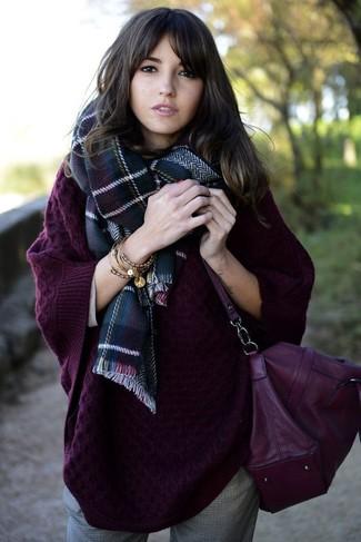 Dunkellila Leder Umhängetasche kombinieren – 37 Damen Outfits: Um einen geradlinigen und super entspannten City-Look zu kreieren, tragen Sie einen dunkellila Strick Oversize Pullover und eine dunkellila Leder Umhängetasche.