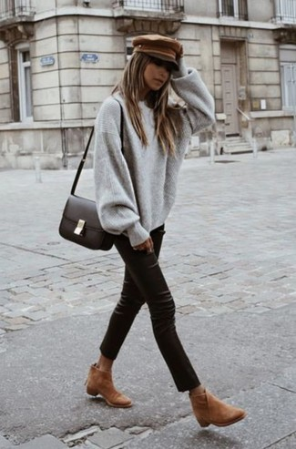 Wie kombinieren: grauer Oversize Pullover, schwarze enge Hose aus Leder, beige Wildleder Stiefeletten, dunkelbraune Leder Umhängetasche