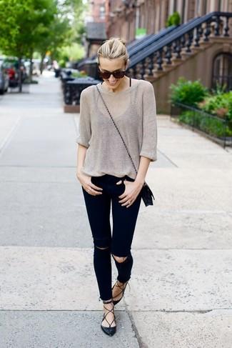 Wie kombinieren: grauer Oversize Pullover, schwarze enge Jeans mit Destroyed-Effekten, schwarze Leder Ballerinas, schwarze Leder Umhängetasche