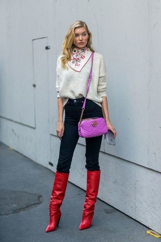 Wie kombinieren: grauer Oversize Pullover, schwarze enge Jeans, rote kniehohe Stiefel aus Leder, lila Leder Umhängetasche