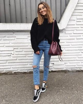 Wie kombinieren: schwarzer Oversize Pullover, hellblaue enge Jeans mit Destroyed-Effekten, schwarze Wildleder niedrige Sneakers, dunkelrote Leder Beuteltasche