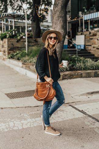 Rotbraune Shopper Tasche aus Leder kombinieren: trends 2020: Ein schwarzer Oversize Pullover und eine rotbraune Shopper Tasche aus Leder sind absolut Casual-Essentials und können mit einer Vielzahl von Kleidungsstücken gepaart werden, um ein stylisches, entspanntes Outfit zu erhalten. Schalten Sie Ihren Kleidungsbestienmodus an und machen hellbeige Wildleder niedrige Sneakers zu Ihrer Schuhwerkwahl.