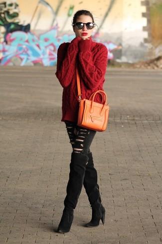 Wie kombinieren: roter Strick Oversize Pullover, schwarze enge Jeans mit Destroyed-Effekten, schwarze Overknee Stiefel aus Wildleder, orange Leder Umhängetasche