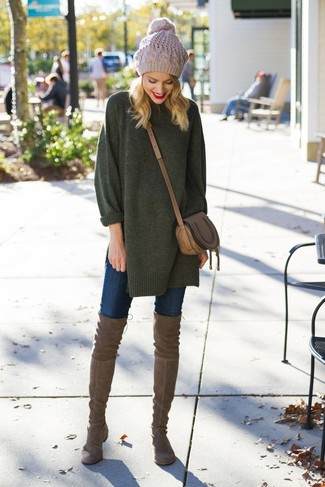 Wie kombinieren: dunkelgrüner Oversize Pullover, dunkelblaue enge Jeans, braune Overknee Stiefel aus Wildleder, braune Leder Umhängetasche