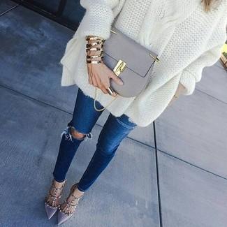 Wie kombinieren: weißer Strick Oversize Pullover, dunkelblaue enge Jeans mit Destroyed-Effekten, graue Leder Pumps, graue Leder Umhängetasche