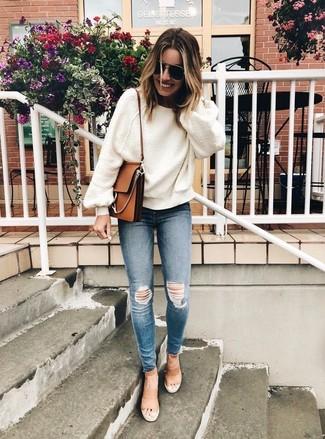 Wie kombinieren: weißer Oversize Pullover, blaue enge Jeans mit Destroyed-Effekten, beige Leder Sandaletten, braune Leder Umhängetasche