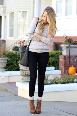 Wie kombinieren: grauer Oversize Pullover, schwarze enge Jeans, braune Schnürstiefeletten aus Leder, weiße hohe Socken