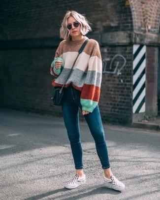 Schwarze gesteppte Leder Umhängetasche kombinieren: trends 2020: Probieren Sie diese Kombination aus einem mehrfarbigen horizontal gestreiften Oversize Pullover und einer schwarzen gesteppten Leder Umhängetasche für einen sehr schönen Wochenend-Look. Putzen Sie Ihr Outfit mit weißen und schwarzen Slip-On Sneakers mit Karomuster.