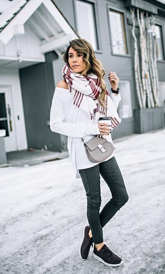Wie kombinieren: weißer Oversize Pullover, schwarze enge Jeans aus Leder, schwarze Sportschuhe, graue Leder Umhängetasche