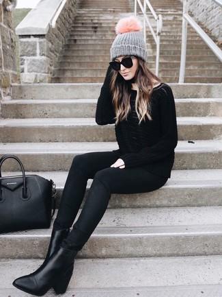 Wie kombinieren: schwarzer Oversize Pullover, schwarze enge Jeans, schwarze Leder Stiefeletten, schwarze Shopper Tasche aus Leder