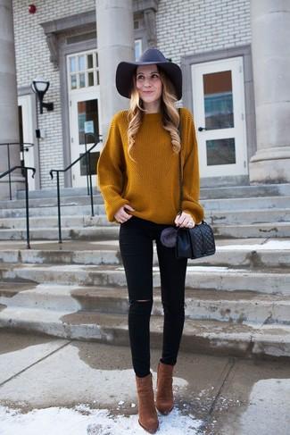Wie kombinieren: rotbrauner Strick Oversize Pullover, schwarze enge Jeans mit Destroyed-Effekten, braune Wildleder Stiefeletten, schwarze gesteppte Leder Umhängetasche