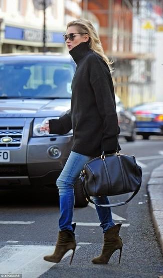 Wie kombinieren: schwarzer Oversize Pullover, blaue enge Jeans, olivgrüne Wildleder Stiefeletten, schwarze Leder Reisetasche