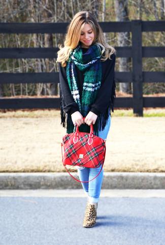 Beige Wildleder Stiefeletten kombinieren: trends 2020: Mit dieser Kombination aus einem schwarzen Oversize Pullover und hellblauen engen Jeans mit Destroyed-Effekten werden Sie die perfekte Balance zwischen legerem Wochenend-Look und modernem Schick erreichen. Ergänzen Sie Ihr Look mit beige Wildleder Stiefeletten.