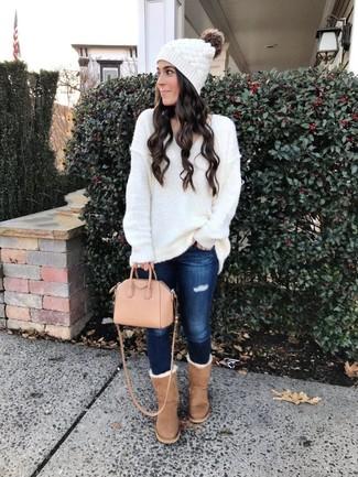 Mütze kombinieren – 500+ Damen Outfits: Wenn Sie ein super entspanntes Alltags-Outfit erreichen möchten, tragen Sie einen weißen Strick Oversize Pullover und eine Mütze. Beige Ugg Stiefel sind eine großartige Wahl, um dieses Outfit zu vervollständigen.
