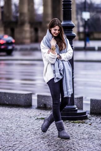 Wie kombinieren: weißer Oversize Pullover, schwarze enge Jeans, dunkelgraue Ugg Stiefel, grauer Schal