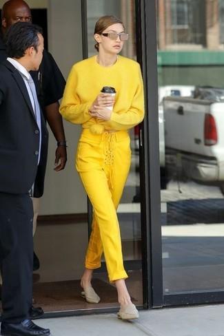 Diese Kombination aus einem gelben oversize pullover und einer goldenen sonnenbrille von Alexander McQueen verströmt eine sehr legere und ansprechbare Atmosphäre. Hellbeige leder pantoletten bringen Eleganz zu einem ansonsten schlichten Look.