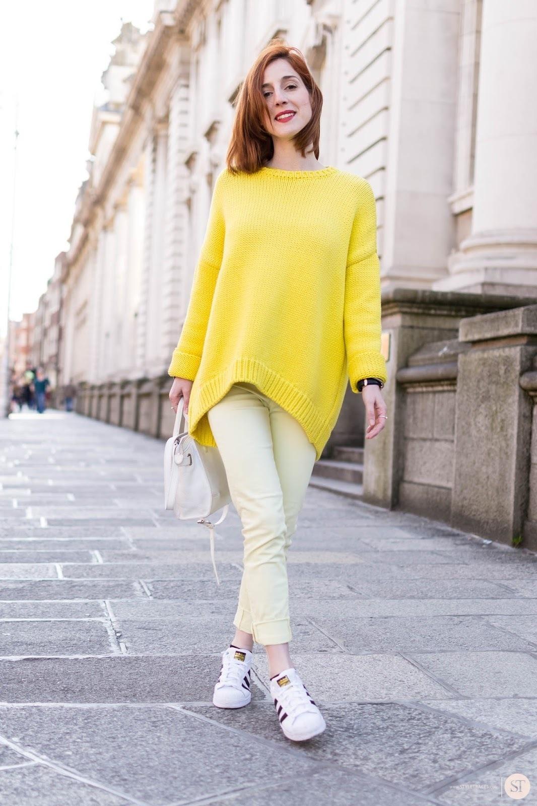 Wie kombinieren  gelber Oversize Pullover, gelbe Jeans, weiße Leder  niedrige Sneakers, weiße 76937c0a7d