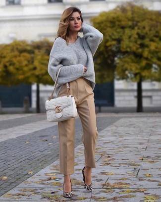 Grauen Oversize Pullover kombinieren – 223 Damen Outfits: Mit dieser Paarung aus einem grauen Oversize Pullover und einer beige Anzughose werden Sie die ideale Balance zwischen einem Trend-Look und modischem Charme erreichen. Weiße Wildleder Pumps mit Leopardenmuster sind eine gute Wahl, um dieses Outfit zu vervollständigen.