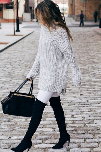 Wie kombinieren: grauer Strick Oversize Pullover, weiße enge Jeans, schwarze Overknee Stiefel aus Wildleder, schwarze Satchel-Tasche aus Wildleder