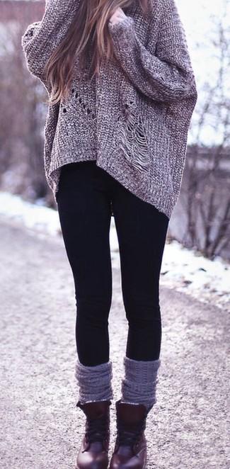 grauer Strick Oversize Pullover, schwarze Leggings, dunkelrote flache Stiefel mit einer Schnürung aus Leder, graue hohe Socken für Damen