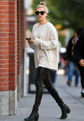 auf Lager Neuankömmlinge San Francisco hellbeige Oversize Pullover, schwarze enge Hose aus Leder ...