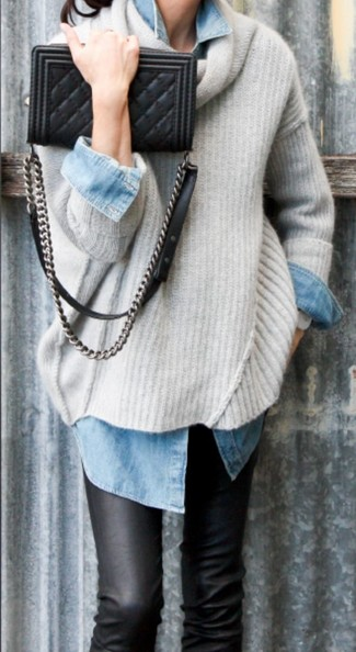 Erwägen Sie das Tragen von einem hellbeige Oversize Pullover und schwarzen Leder engen Jeans für einen entspannten Wochenend-Look.