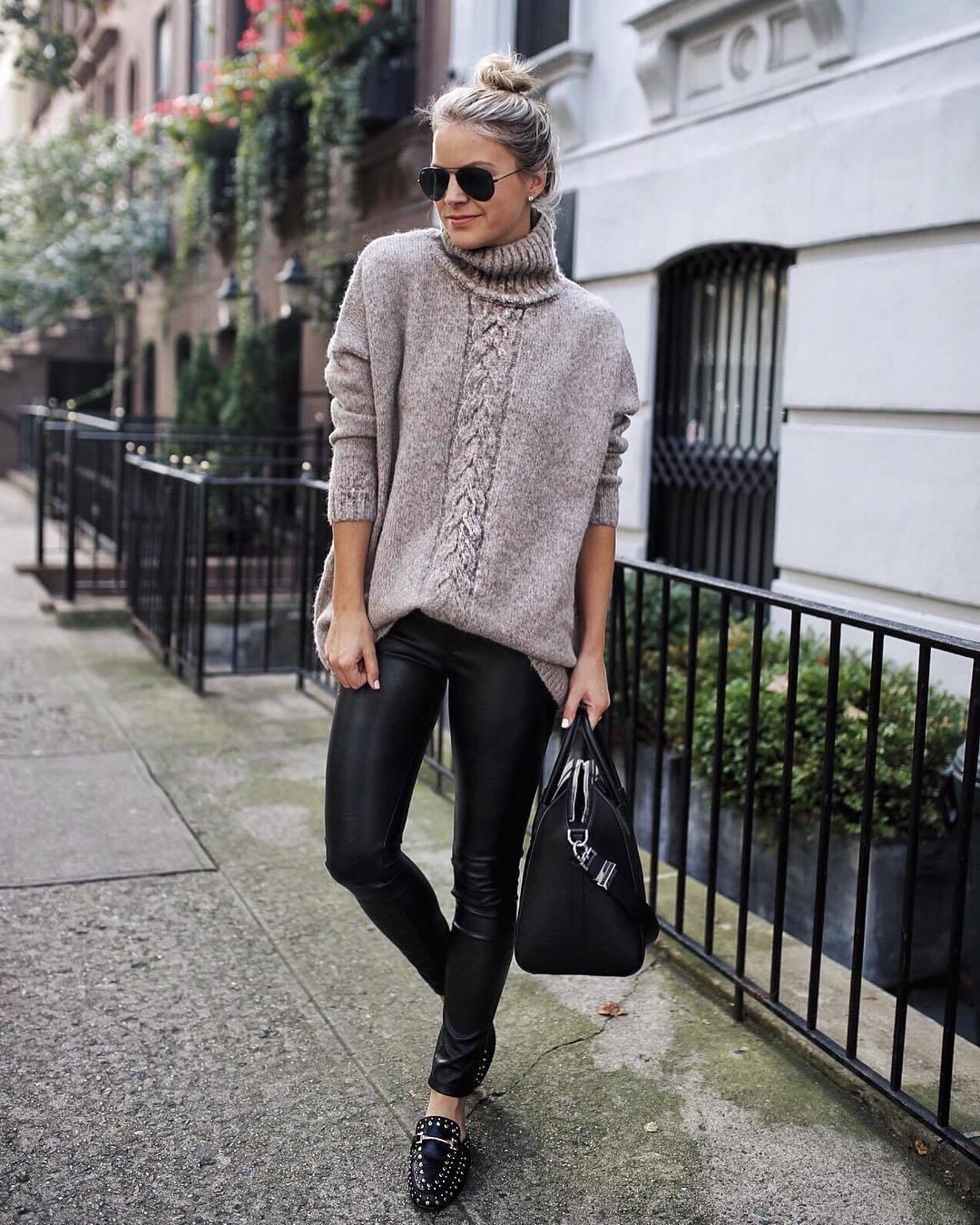Wie kombinieren  hellbeige Strick Oversize Pullover, schwarze  Lederleggings, schwarze beschlagene Leder Slipper, c13952e118